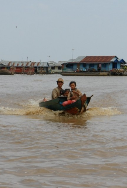 Approaching hawkers - Tonle Sap Lake - Cambodia